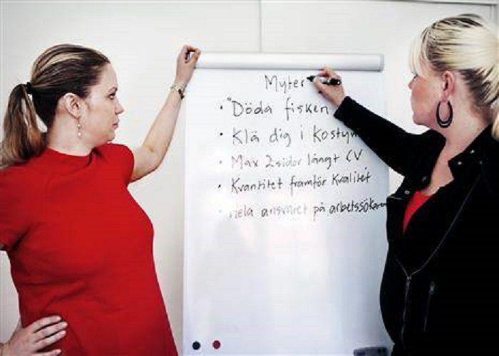 Hanna-Karin håller på att spricka av graviditet i röd klänning och Eleonor ser helt normal ut i svar kostym med röd topp.