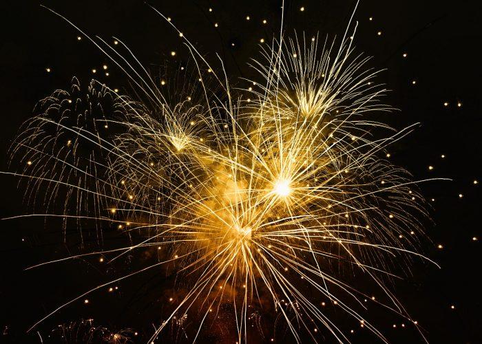 Fyrverkerier som exploderar på himlen