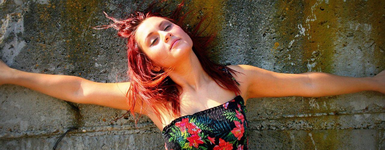 Rebellisk ung dam med rött hår.