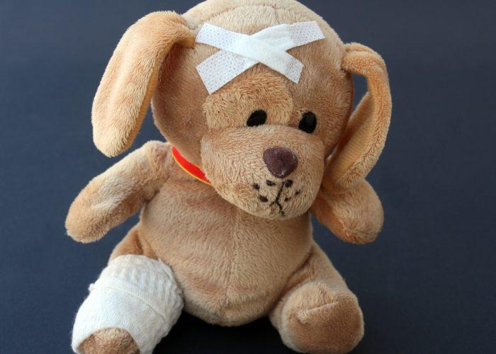 Nalle med plåster och bandage.