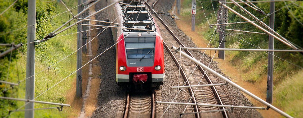 Ett högst ordinärt tåg som kommer farande på rälsen.