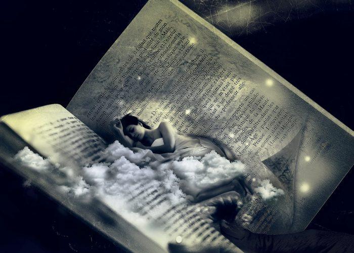 Kvinna sover bland molnen i en öppen bok.