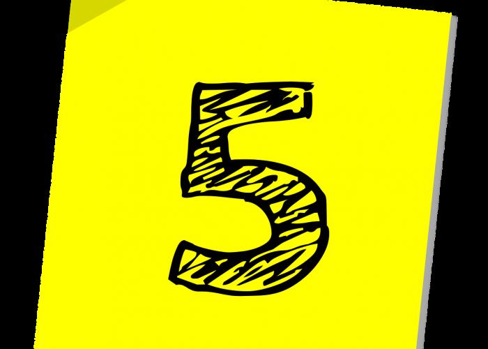 En slarvigt skriven femma i svart. Bakgrunden är gul.