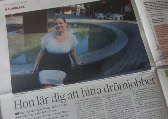 En höggravid Hanna-Karin Grensman sitter lite fånigt på fontänen i Ekerö Centrum.