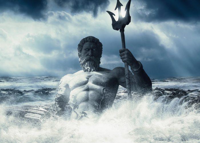 Hanvsguden Poseidon står i ett skummande hav. Treudden håller han i handen.