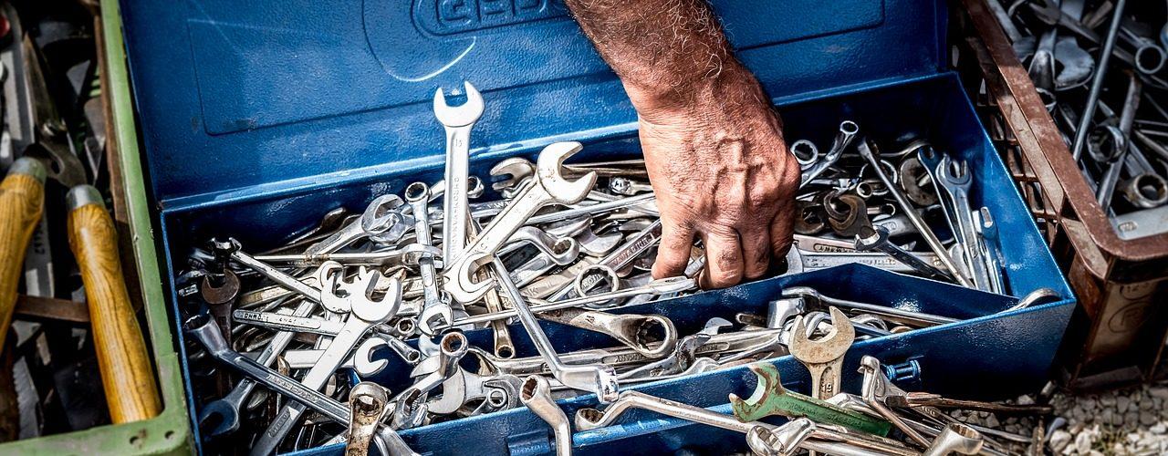 Väldigt många skiftnycklar som håller på att svämma över verktygslådan.